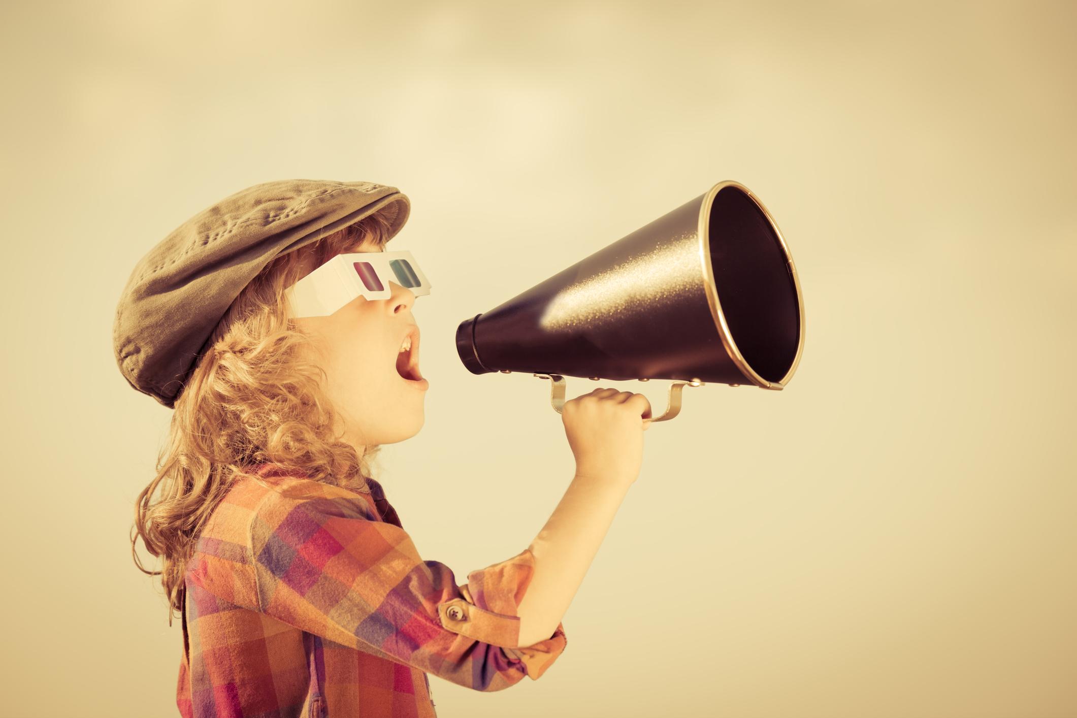 Bambino urla al megafono